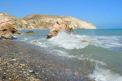 Las aguas azules del Aphrodite rocoso aúllan en Chipre Foto de archivo libre de regalías
