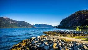 Las aguas de Howe Sound y montañas circundantes a lo largo de la carretera 99 entre Vancouver y Squamish, Columbia Británica Foto de archivo