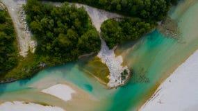 Las aguas esmeralda del río de Soca, son el paraíso que transporta en balsa Foto de archivo libre de regalías
