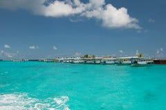 Las aguas puras de la turquesa del Océano Índico y varias naves del blanco para los turistas que se zambullen se colocan en fila, Foto de archivo libre de regalías