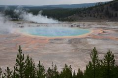 Las aguas termales prismáticas magníficas pasan por alto en yellowstone fotos de archivo libres de regalías