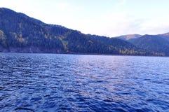 Las aguas tranquilas del ¼ ŒRussia de ŒLake Baikalï del ¼ del lago y del woodsï Fotos de archivo