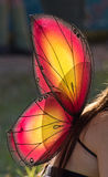 Las alas de hadas brillantes encendido mueven hacia atrás de mujer Fotos de archivo libres de regalías