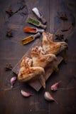 Las alas de pollo asan a la parrilla el fondo de la comida, fondo de madera Fotos de archivo