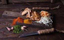 Las alas de pollo asan a la parrilla el fondo de la comida, fondo de madera Fotografía de archivo