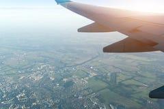 Las alas del aeroplano están sobre el cielo claro en la puesta del sol imágenes de archivo libres de regalías