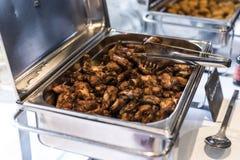 Las alas y las pepitas de pollo del Bbq con la salsa picante durante una reunión de negocios golpean Fotos de archivo