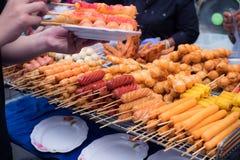 Las albóndigas fritas, las salchichas fritas están vendiendo en un mercado fresco Foto de archivo libre de regalías