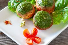 Las albóndigas vegetarianas del champiñón con la salsa del Pesto en un blanco plat imagen de archivo libre de regalías