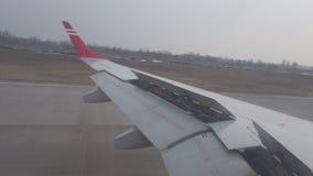 Las aletas de los aviones paran el aterrizaje plano metrajes