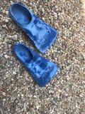 Las aletas de natación azules en roca enarenan formato de retrato Imagen de archivo libre de regalías