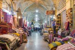 Las alfombras iraníes tradicionales hacen compras en el bazar de Vakil, Shiraz, Irán Imagen de archivo libre de regalías