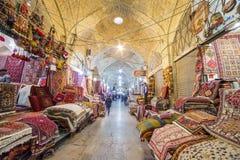 Las alfombras iraníes tradicionales hacen compras en el bazar de Vakil, Shiraz, Irán Fotografía de archivo