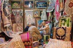 Las alfombras iraníes tradicionales hacen compras en el bazar de Vakil, Shiraz, Irán Foto de archivo