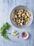 Las almejas italianas del vongole en el vino blanco sauce los ingredientes Fotos de archivo libres de regalías