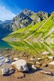 Las altas montañas de Tatra ajardinan el lago Cárpatos Polonia de la naturaleza Foto de archivo libre de regalías