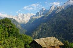 Las altas montan@as hermosas acercan a Soglio, Suiza Foto de archivo