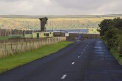 las altas torres y seguridad de observación que cercan en la entrada a la prisión de Magilligan en el condado Londonderry fotos de archivo libres de regalías