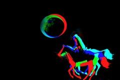 Las amazonas coloridas compiten con hacia la Luna Llena Imagen de archivo libre de regalías