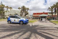 Las Amerika, Teneriffa, Spanien - 17. Mai 2018: Polizeiwagen in Las Amerika Die Polizei in Teneriffa Die zitronengelbe Polizei Stockfotografie