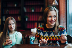 Las amigas comunican en un café Fotografía de archivo libre de regalías