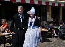 Las ancianos se vistieron para arriba en el traje tradicional holandés, Volendam, Países Bajos imagen de archivo