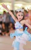 Las animadoras asiáticas lindas de estudiantes muestran en día de los deportes Fotos de archivo