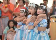 Las animadoras asiáticas lindas de estudiantes muestran en día de los deportes Imagen de archivo