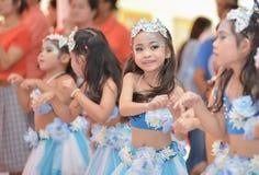 Las animadoras asiáticas lindas de estudiantes muestran en día de los deportes Imágenes de archivo libres de regalías
