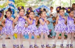 Las animadoras asiáticas lindas de estudiantes muestran en día de los deportes Imagenes de archivo