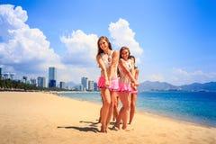 Las animadoras se colocan como manos de la travesía del grupo en la playa Fotografía de archivo libre de regalías