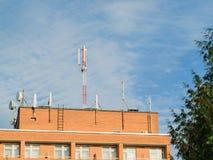 Las antenas montaron en el tejado de una casa residencial del ladrillo Fotos de archivo libres de regalías