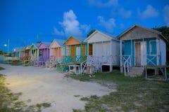 Las Antillas, el Caribe, Antigua, bahía larga, chozas coloridas de la playa en la oscuridad Fotografía de archivo libre de regalías