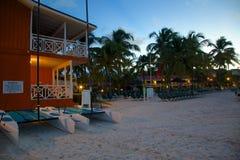Las Antillas, el Caribe, Antigua, bahía larga, playa en la oscuridad Imagen de archivo libre de regalías