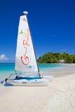 Las Antillas, el Caribe, Antigua, bahía larga, playa y gato de Hobie Foto de archivo libre de regalías