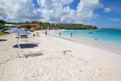 Las Antillas, el Caribe, Antigua, bahía larga, playa y sombras de Sun Fotos de archivo libres de regalías