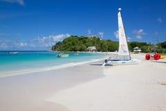 Las Antillas, el Caribe, Antigua, bahía y playa larga y gato de Hobie Fotos de archivo libres de regalías