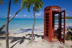 Las Antillas, el Caribe, Antigua, St Jorte, bahía de Dickenson, playa y cabina de teléfonos roja Fotos de archivo