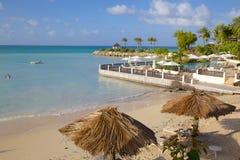 Las Antillas, el Caribe, Antigua, St Jorte, playa del agua azul Foto de archivo libre de regalías