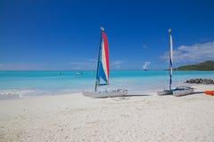 Las Antillas, el Caribe, Antigua, St Mary, Jolly Harbour, playa y gatos de Hobie Fotografía de archivo libre de regalías