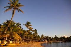 Las Antillas, el Caribe, Antigua, St pueden, Morris Bay, playa en la puesta del sol Fotos de archivo libres de regalías