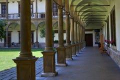 Las arcadas en patio central grande en renacimiento se escudan el ovice del  de BuÄ, Moravia del sur, República Checa imagen de archivo