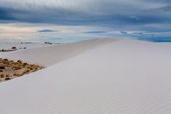 Las arenas blancas surrealistas asombrosas de New México con las nubes Foto de archivo