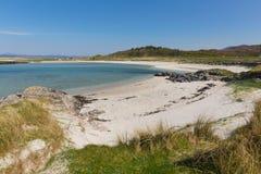 Las arenas blancas varan Portnaluchaig al norte de las montañas escocesas británicas del oeste de Arisaig Escocia con el mar azul Fotos de archivo