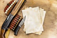 Las armas de la caza, hojas de papel viejas de la munición, escriben en ellos su historia Copie el espacio Mofa para arriba Imágenes de archivo libres de regalías
