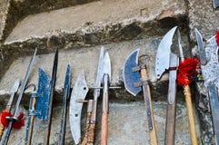 Las armas frías medievales antiguas viejas, hachas, olibards, cuchillos, espadas con las manijas de madera se lamen en los pasos  fotos de archivo libres de regalías