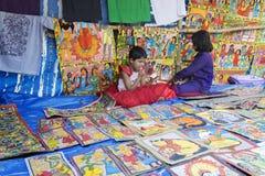 Las artesanías están siendo vendidas por la muchacha india rural, pueblo de Pingla Imágenes de archivo libres de regalías