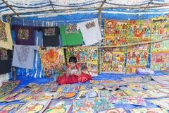 Las artesanías están siendo vendidas por la muchacha india rural, pueblo de Pingla Foto de archivo libre de regalías