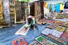 Las artesanías perpared para la venta por el hombre indio rural Fotografía de archivo libre de regalías