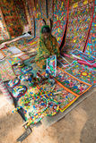 Las artesanías perpared para la venta por la mujer india rural Foto de archivo